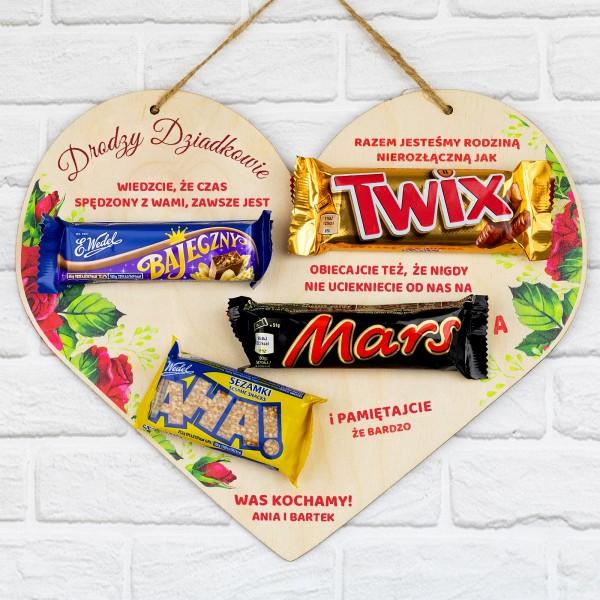 tabliczka serce z nadrukiem i batonami na prezent dla babci i dziadka