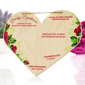 tabliczka w kształcie serca z nadrukiem dedykacji i miejscem pod batoniki na prezent dla dziadków