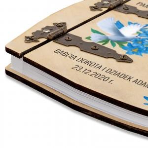 nadruk dedykacji na drewnianym albumie dla dziecka