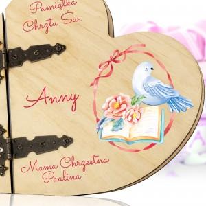 album drewniane serce z nadrukiem imienia na pamiątkę chrztu