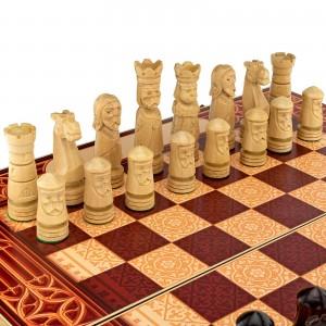 białe figury i szachownica na prezent dla przyszłego emeryta