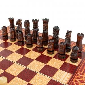 czarne figury i szachownica na prezent dla odchodzącego na emeryturę