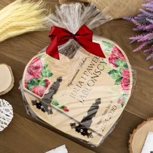 album w kształcie serca, drewniany zapakowany na prezent