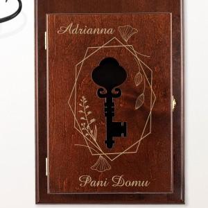 brązowa skrzynka na klucze z grawerem i wyciętym symbolem klucza w drzwiczkach na prezent dla koleżanki na urodziny