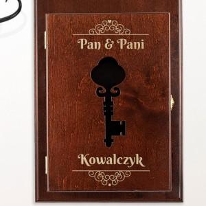 brązowa skrzynka na klucze z grawerem i wyciętym symbolem klucza w drzwiczkach na prezent dla przyjaciół