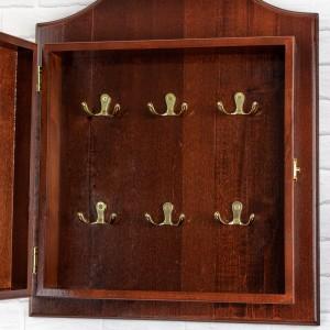wnętrze brązowej szafki na klucze z haczykami na prezent dla żony na urodziny