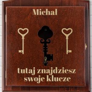 brązowa skrzynka na klucze z grawerem i wyciętym symbolem klucza w drzwiczkach na prezent dla szwagra na urodziny