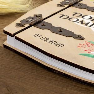 nadruk personalizacji na drewnianym albumie ślubnym