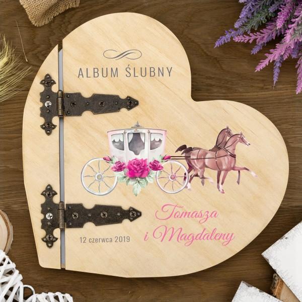 album ślubny w drewnianej oprawie w kształcie serca z nadrukiem imion i daty ślubu
