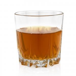 jedna z trzech szklanek dodawanych do kompletu z barkiem kanistrem na prezent dla przyjaciela z pracy