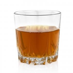 jedna z trzech szklanek dodawanych do kompletu z barkiem kanistrem na prezent dla teścia na emeryturę
