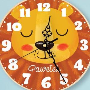 nadruk kolorowej dedykacji na zegarze drewnianym na prezent dla chłopczyka