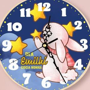 nadruk kolorowej dedykacji na zegarze drewnianym na prezent dla dziewczynki
