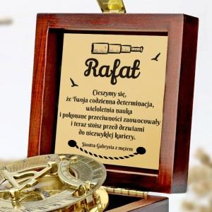 tabliczka laminowana z grawerem dedykacji w szkatułce z mosiężnym kompasem na prezent dla brata na obronę pracy dyplomowej