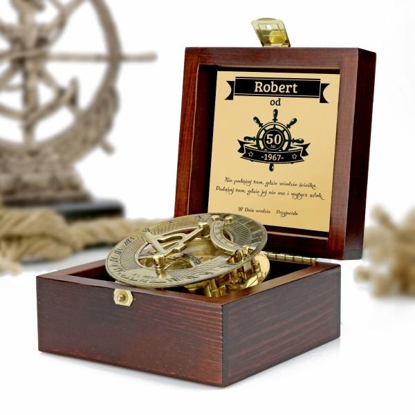 kompas w drewnianej szkatułce z grawerem dedykacji na prezent dla niego na 50