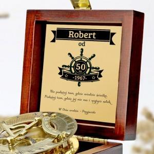 tabliczka laminowana z grawerem dedykacji w szkatułce z mosiężny kompasem na prezent dla przyjaciela na 50 urodziny