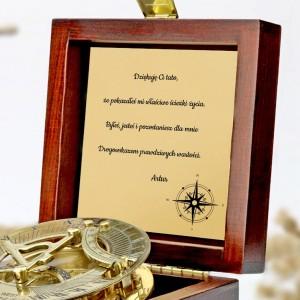 tabliczka laminowana z grawerem dedykacji w szkatułce z mosiężny kompasem na prezent dla taty na imieniny