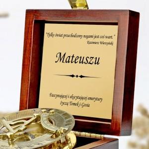 tabliczka laminowana z grawerem dedykacji w szkatułce z mosiężny kompasem na prezent dla przyjaciela przechodzącego na emeryturę