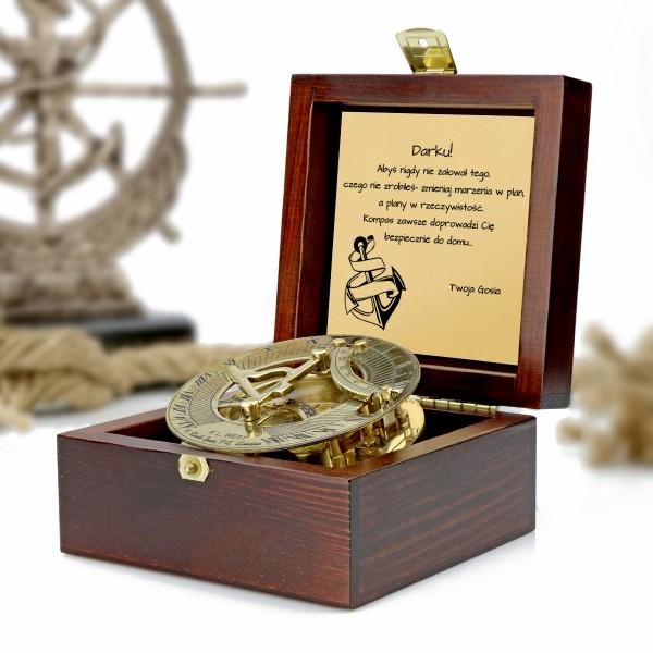 kompas w drewnianej szkatułce z grawerem dedykacji na prezent dla ukochanego
