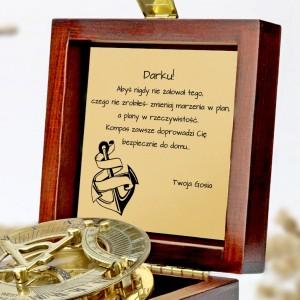 tabliczka laminowana z grawerem dedykacji w szkatułce z mosiężnym kompasem na prezent dla narzeczonego