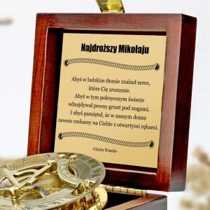 tabliczka laminowana z grawerem dedykacji w szkatułce z mosiężnym kompasem na prezent dla chrześniaka na urodziny