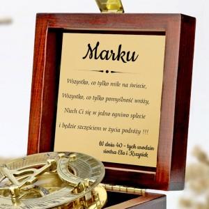 tabliczka laminowana z grawerem dedykacji w szkatułce z mosiężnym kompasem na prezent dla brata na 40