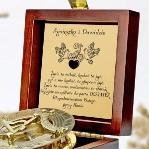 tabliczka laminowana z grawerem dedykacji w szkatułce z mosiężny kompasem na prezent dla nowożeńców