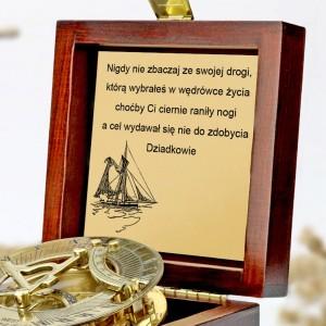 tabliczka laminowana z grawerem dedykacji w szkatułce z mosiężny kompasem na prezent dla wnuka na 18