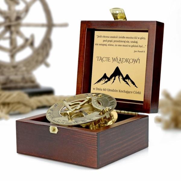 kompas w drewnianej szkatułce z grawerem dedykacji na prezent dla taty na 60 urodziny