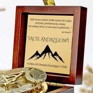 tabliczka laminowana z grawerem dedykacji w szkatułce z mosiężnym kompasem na prezent dla taty na urodziny