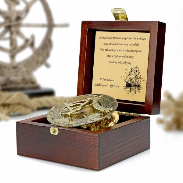 kompas w drewnianej szkatułce z grawerem dedykacji na prezent dla syna