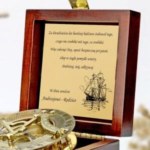 tabliczka laminowana z grawerem dedykacji w szkatułce z mosiężnym kompasem na prezent dla syna na urodziny