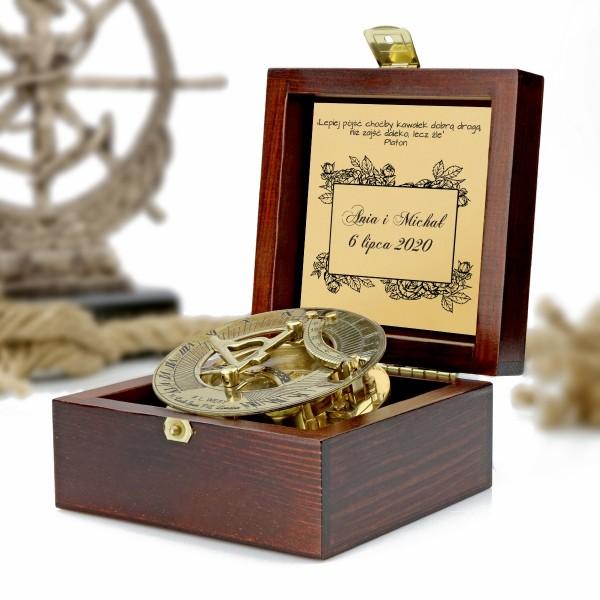 kompas w drewnianej szkatułce z grawerem dedykacji na prezent na ślub dla pary młodej