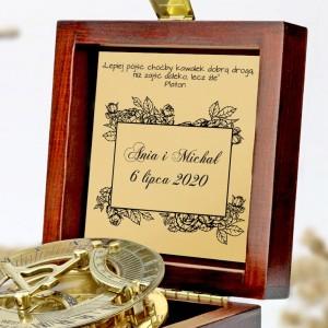 tabliczka laminowana z grawerem dedykacji w szkatułce z mosiężny kompasem na prezent dla młodej pary