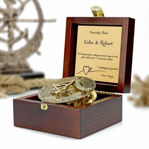 kompas w drewnianej szkatułce z grawerem dedykacji na prezent na  pamiątkę ślubu