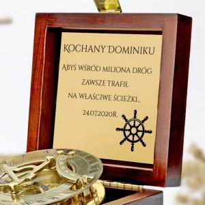 tabliczka laminowana z grawerem dedykacji w szkatułce z mosiężny kompasem na prezent dla brata