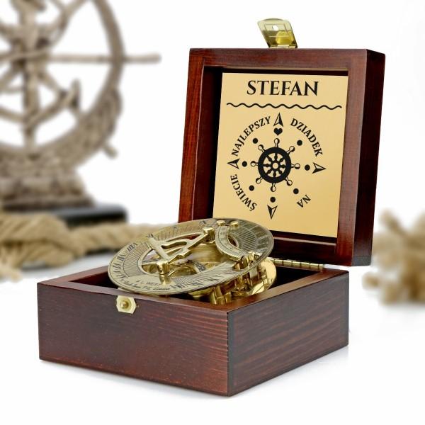 kompas w drewnianej szkatułce z grawerem dedykacji na prezent dla dziadka na urodziny