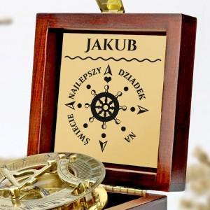 tabliczka laminowana z grawerem dedykacji w szkatułce z mosiężnym kompasem na prezent dla dziadka na mikołajki