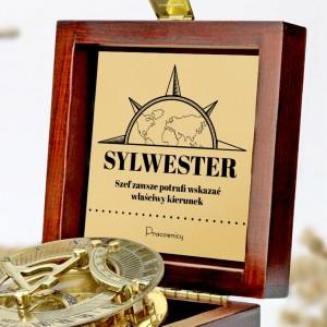 tabliczka laminowana z grawerem dedykacji w szkatułce z mosiężnym kompasem na prezent dla szefa na imieniny