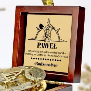 tabliczka laminowana z grawerem dedykacji w szkatułce z mosiężny kompasem na prezent na 18 dla brata