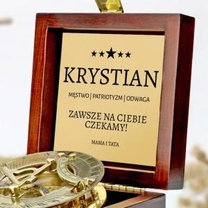 tabliczka laminowana z grawerem dedykacji w szkatułce z mosiężnym kompasem na prezent dla syna