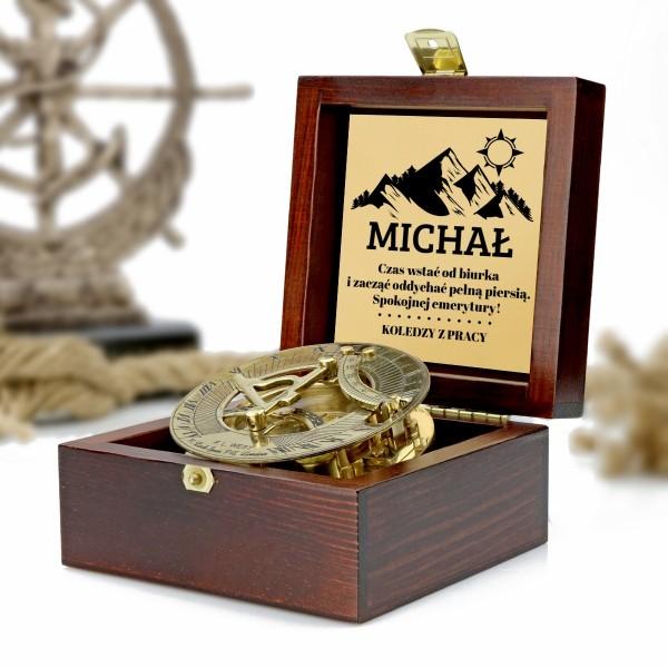 kompas w drewnianej szkatułce z grawerem dedykacji na prezent dla przyszłego emeryta