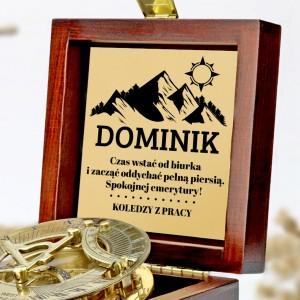 tabliczka laminowana z grawerem dedykacji w szkatułce z mosiężnym kompasem na prezent dla przyjaciela przechodzącego na emeryturę