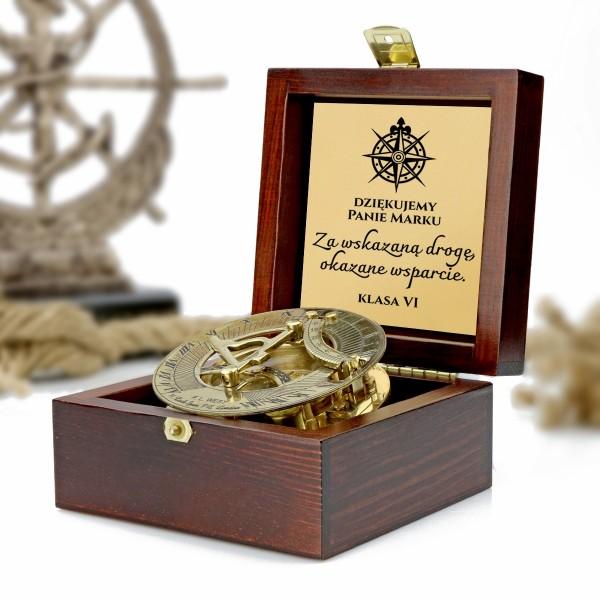 kompas w drewnianej szkatułce z grawerem dedykacji na prezent dla nauczyciela