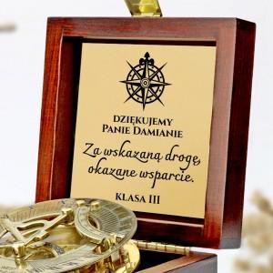 tabliczka laminowana z grawerem dedykacji w szkatułce z mosiężnym kompasem na prezent dla na podziękowania wychowawcy