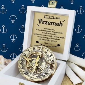 tabliczka laminowana z grawerem dedykacji w szkatułce z mosiężny kompasem na prezent dla brata na obronę pracy