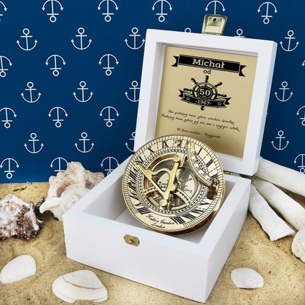 kompas w drewnianej szkatułce z grawerem dedykacji na prezent na 50 urodziny przyjaciela