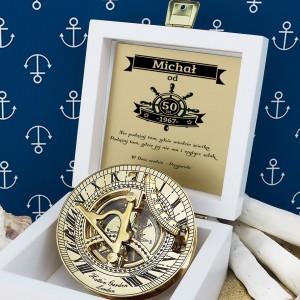 tabliczka laminowana z grawerem dedykacji w szkatułce z mosiężny kompasem na prezent na 50 przyjaciela
