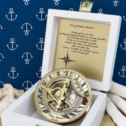 tabliczka laminowana z grawerem dedykacji w szkatułce z mosiężnym kompasem na prezent dla kapłana