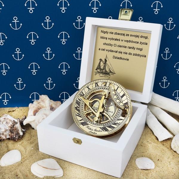 kompas w drewnianej szkatułce z grawerem dedykacji na prezent na urodziny dla wnuka